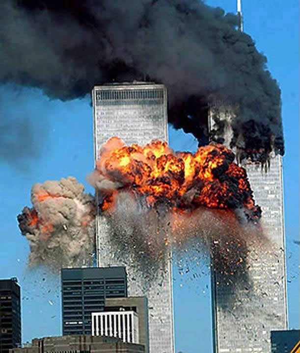 Momento em que o segundo avião atinge o World Trade Center.