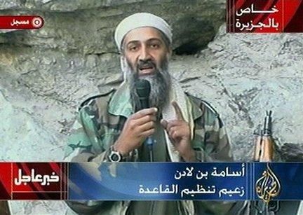 """Osama bin Laden é visto em um local não revelado nesta transmissão em televisão nesta foto de arquivo 07 de outubro de 2001. Bin Laden elogiou a Alá pelo 11 de setembro e seus ataques terroristas e jurou """"A América nunca vai sonhar com segurança"""" até que """"os exércitos dos infiéis deixem a terra de Muhammad"""", em uma declaração gravada em vídeo foi ao ar após o ataque lançado domingo pelos EUA e a Grã-Bretanha no Afeganistão . Na imagem no canto superior direito lê """"Exclusivo para Al-Jazeera"""". No canto inferior direito é o logotipo da estação onde se lê """"Al-Jazeera"""". Na parte superior esquerda é """"Gravado"""". Inferior esquerdo é uma """"notícia urgente."""" No centro de fundo é """"Osama bin Laden, líder da Al-Qaeda."""" (AP Photo / Al Jazeera, do Arquivo)"""