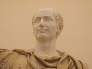 Figura com traje militar com a cabeça moderna de Júlio César (Museu Nacional de Nápoles / Itália)